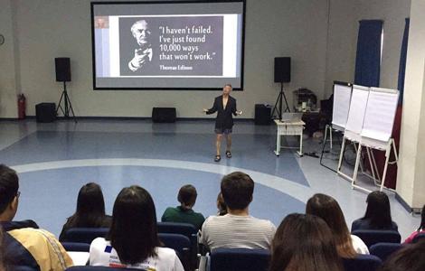 Ông Trương Nguyện Thành mặc quần đùi nói chuyệntrước hàng trăm sinh viên. Ảnh: Facebook.