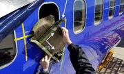 Cửa sổ máy bay Mỹ vỡ do trúng mảnh vỏ động cơ