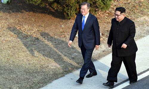ông Kim Jong-un được cho là đã đi giày đế độn tăng chiều cao khi gặp ông Moon Jae-in hôm 27/4