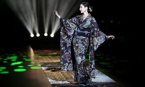 Người mẫu mặc thiết kế kimono của Jatoro Saito tại Tuần lễ thời trang Tokyo 2018. Ảnh: AFP.