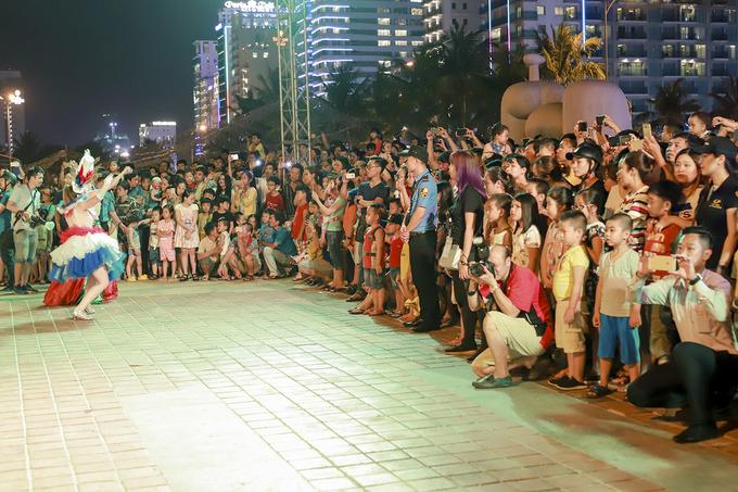 Hàng nghìn người hòa vào Carnaval đường phố