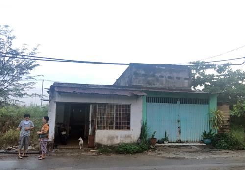 Căn nhà của vợ chồng anh Thanh nằm trơ trọi giữa lau sậy ở Thủ Thiêm. Ảnh: Sơn Hòa