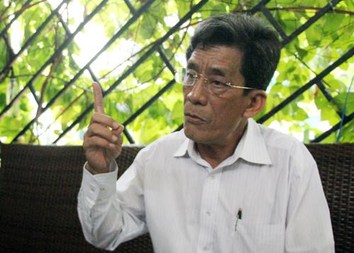 Ông Lung, người đang có tấm bản đồ quy hoạch Thủ Thiêm tỷ lệ 1/5.000. Ảnh: Sơn Hòa