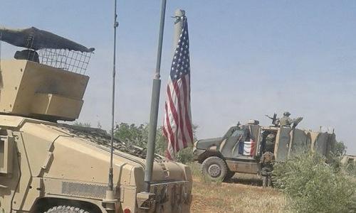 Xe bọc thép treo cờ Pháp tại Manbij. Ảnh: Twitter.