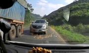 Xe bán tải vượt ẩu trong cua suýt gây tai nạn ở Hòa Bình