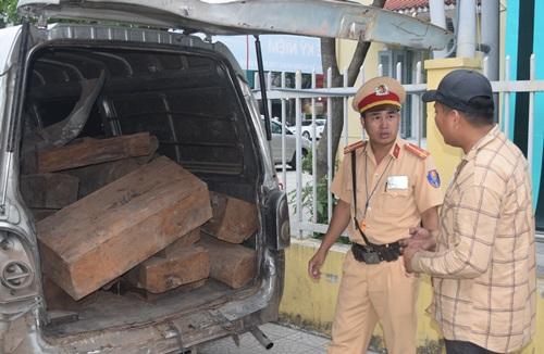 Chiếc xe ôtô 7 chỗ bị tháo hết ghế để chở gỗ lim quý. Ảnh: Trần Hồng.