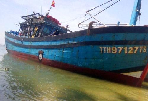 Tàu cá của ngư dân Thừa Thiên Huế bị đâm thủng. Ảnh: Võ Tiến.