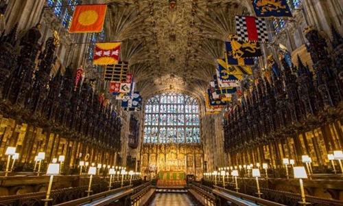 Bên trong nhà nguyện treo những lá cờ nhiều màu sắc tượng trưng cho Tước hiệu Hiệp sĩ Garter. Ảnh: AFP.