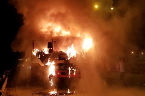 Nhiều người dân cố gắng khống chế ngọn lửa nhưng bất thành. Ảnh: Phước Tuấn