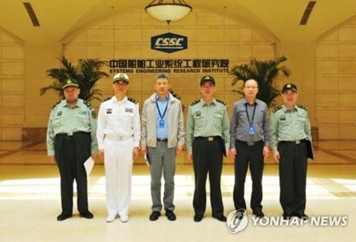 Mao Tân Vũ (trái) trong chuyến thăm tập đoàn đóng tàu hôm 4/5, ảnh chụp được đăng trên trang web tập đoàn. Ảnh: Yonhap.