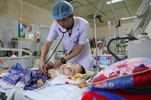 Bác sĩ Hoàng Công Lương vẫn túc trực bên các bệnh nhân trước ngày hầu tòa. Ảnh: Phạm Dự.