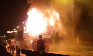 Xe tải bốc cháy ngùn ngụt trong đêm