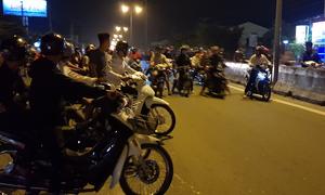 Hàng trăm thanh niên 'dàn trận' trên quốc lộ cho quái xế tranh tài