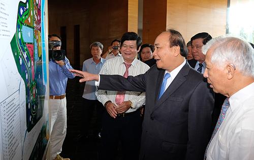 GS Trần Thanh Vân (ngoài cùng bên phải) giới thiệu về đô thị khoa học quốc tế. Ảnh: VGP