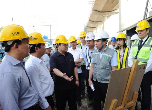 Bí thư Hà Nội Hoàng Trung Hải kiểm tra công trường thi công dự án đường sắt đô thị đoạn Nhổn - ga Hà Nội. Ảnh: Duy Linh.