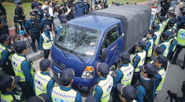 Cảnh sát ngăn chặn