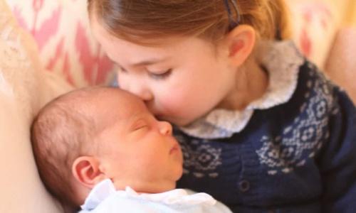 Công chúa Charlotte hôn em trai Louis. Ảnh: Reuters.