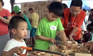 Trẻ em Hà Nội thử sức làm 'thợ mộc'