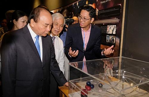 Thủ tướng tham quan Trung tâmICISE. Ảnh: VGP