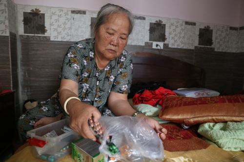 Bà The cùng nhiều người già trong đoàn bị bệnh phải sử dụng thuốc. Ảnh: Gia Chính