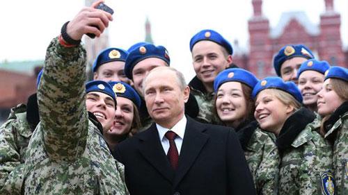 Putin chụp ảnh cùng các học viên sĩ quan Nga ở Moskva. Ảnh: RT.