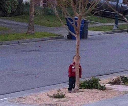 Khi trẻ chơi trốn tìm.