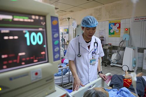 Bác sĩ Hoàng Công Lương vẫn làm việc bình thường trước ngày phiên toà diễn ra. Ảnh: Phạm Dự.