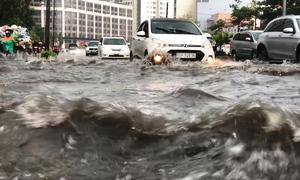 Máy bơm khổng lồ chạy hết công suất, đường Nguyễn Hữu Cảnh vẫn ngập