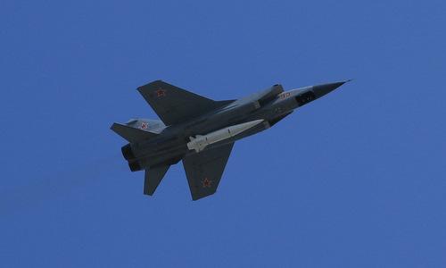 Tiêm kích MiG-31K mang tên lửa Kinzhal trên bầu trời Moskva. Ảnh: Thanh Hoàn.