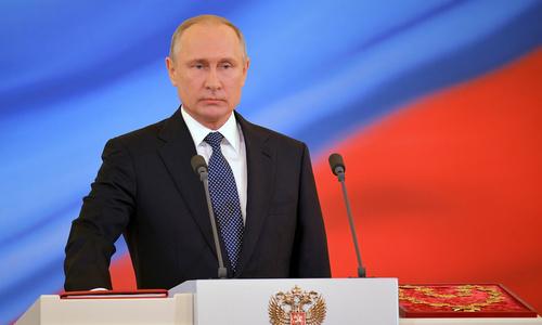 Ông Putin đọc lời tuyên thệ nhậm chức. Ảnh: Reuters.