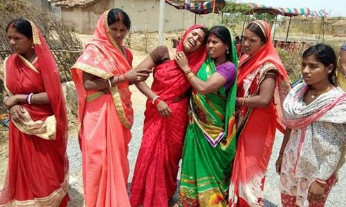 Họ hàng đau khổ trước cái chết của thiếu nữ 16 tuổi ở bang Jharkhand. Ảnh: AFP.
