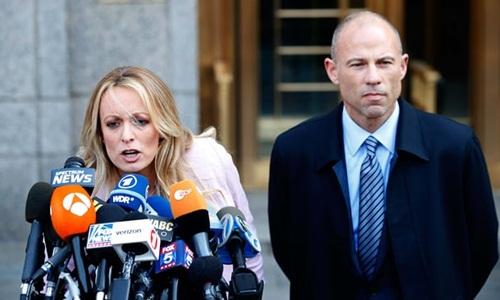Sao phim khiêu dâm Stormy Daniels và luật sư Michael Avenatti trả lời báo chí hồi tháng 4. Ảnh: Reuters.