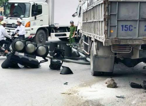 Cột đèn tín hiệu giao thông sau khi bị xe tải đâm đổ, mắc vào gầm và bị kéo lê đi hơn 10 m. Ảnh: Kesly Hoàng