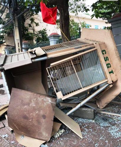 Bốt gác của lực lượng CSGT công an thành phố Hải Phòng đặt tại ngã 3 thị trấn Núi Đèo, huyện Thủy Nguyên bị xe tải chở gạo ủi bay, bẹp rúm. Ảnh: Kesly Hoàng