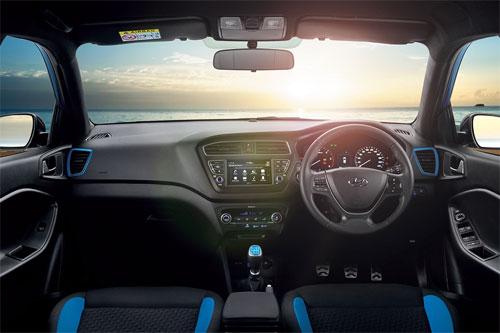 Hệ thống thông tin giải trí sử dụng màn hình cảm ứng 7 inch mới. Những điểm nhấn cùng màu ngoại thất.