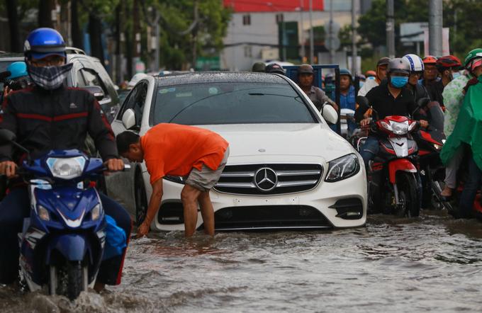 Hàng loạt xe chết máy sau mưa lớn ở 'rốn ngập' Sài Gòn