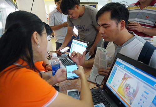 Hành khách không cần phải đến ga mua vé mà có thể mua trên điện thoại di động. Ảnh: Hữu Nguyên