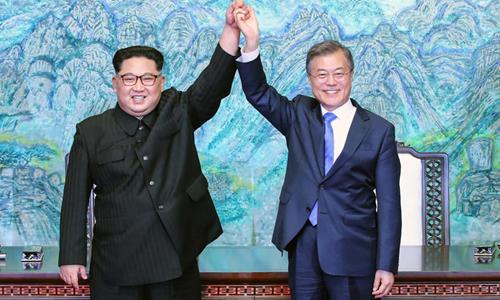 Lãnh đạo Triều Tiên Kim Jong-un (trái) và Tổng thống Hàn Quốc Moon Jae-in (phải) trong hội nghị thượng đỉnh liên Triều tại Panmunjom, Khu Phi quân sự liên Triều hôm 27/4. Ảnh: KCNA.