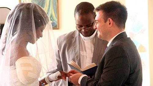 Zanele Ndlovu, một cựu vận động viên tennis, hôm 6/5 kết hôn với Jamie Fox tại bệnh việnMater Dei, ở Bulawayo, Zimbabwe