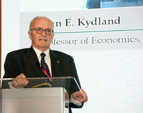 GS Finn E. Kydland thuyết trình tại Việt Nam năm 2016. Ảnh: NEU.