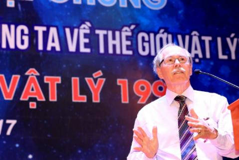 Giáo sư Gerard t Hooft thuyết trình tại ĐH Quốc gia Hà Nội năm 2017. Ảnh: VNU.