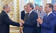 Ẩn ý sau cái bắt tay của Putin và cựu thủ tướng Đức trong lễ nhậm chức