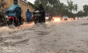 Nhiều tuyến đường Sài Gòn mênh mông nước sau mưa lớn