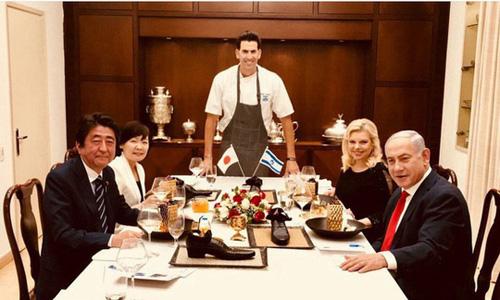 Thủ tướng Nhật Bản Shinzo Abe và phu nhân (trái) dùng bữa tối tại nhà riêng của Thủ tướng IsraelBenjamin Netanyahu cùng phu nhân (phải) hôm 2/5 với sự phục vụ của đầu bếpSegev Moshe (giữa). Ảnh: Instagram.