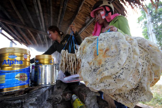 Người Quảng Nam chặt mía, nấu đường nhúng bánh tráng