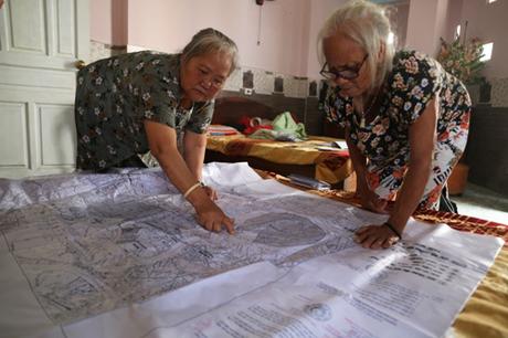 Trong phòng trọ ở Hà Nội,bà Hồng và bà The thường trao đổi về quy hoạch khu đô thị mới Thủ Thiêm. Ảnh: Gia Chính