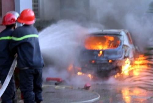 Ôtô bốc cháy trước sân khách sạn. Ảnh: Phước Tuấn