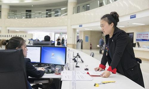 Người dân làm thủ tục hành chính ở thành phố Vinh Thành, tỉnh Sơn Đông, Trung Quốc. Ảnh: AFP.