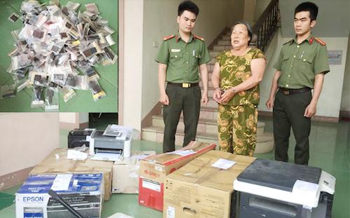 Bị can Hương cùng tang vật vụ án. Ảnh: CAND.