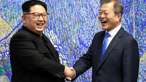 Lãnh đạo Triều Tiên Kim Jong-un (trái) bắt tay Tổng thống Hàn Quốc Moon Jae-in tại hội nghị thượng đỉnh liên Triều ngày 27/4 ở làng đình chiến Panmunjom. Ảnh: AP.